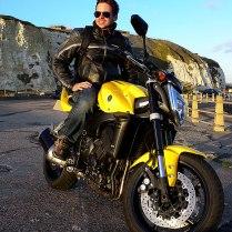 Joás com sua moto amarela